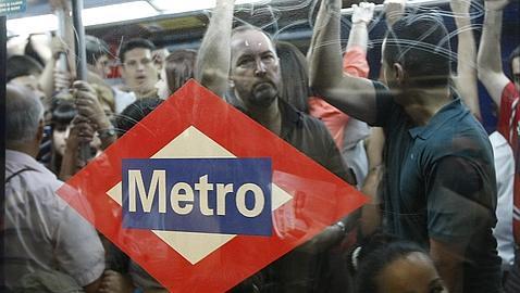 Le tipiche facce felici nella metro