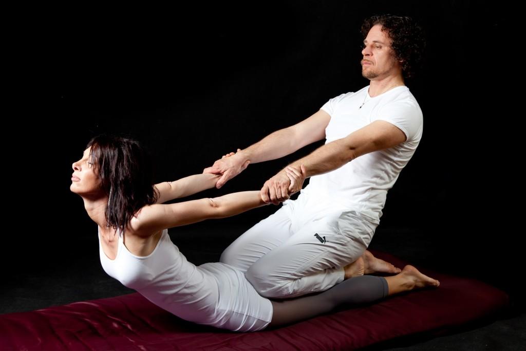 Questa è una delle posizioni del massaggio thai: ce ne sono più di 200. Occhio a criticare i miei post d'ora in avanti...